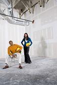 Mann und Frau im Büroraum bereit für Build aus