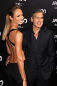 LOS ANGELES - OCT-4: Stacy Keibler, George Clooney arriveert op de