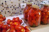picles de tomates no prato preparado para pasteurização