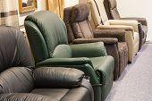 Sala de exposiciones por menor de sillones de lujo