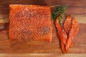 caseiro, com tempero na placa de madeira, o dof raso smocked salmon