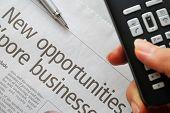 Closeup en el nuevo texto de oportunidades y el teléfono de la mano