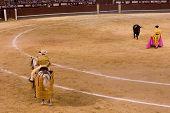 MADRID - el 8 de agosto: El torero Antonio Espaliu lucha contra un toro llamado Calabaza en la pl. de Las Ventas