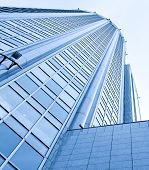vidrio moderno rascacielos de negocio en la noche