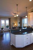 offene Grundriss, Küche und Esszimmer mit Blick auf Wasser