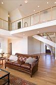 Luxus modernes Haus mit offenem Balkon und Wendeltreppe