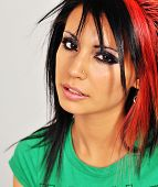 Retrato de uma bela jovem com cabelo Funky