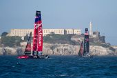 SAN FRANCISCO, CA - 4 de outubro: Emirates Team New Zealand e a equipe Oracle USA vela na frente do Alcatr