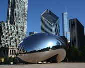 Cloud Gate, con edificios de Trump y Crain