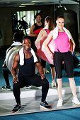 Fitness-Studio-Clients, die Ausarbeitung mit dem gymnastikball