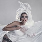 Modelo usando vestido de polietileno