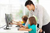 junger Volksschullehrer, die Ausbildung von Studenten im Computerraum