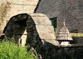 Vogel huis en stenen boog