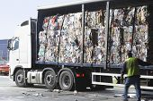 Stapel von Recyclingpapier in LKW in recycling-Anlage