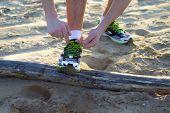 Allacciarsi Le Scarpe In Spiaggia