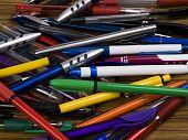 Eine bunte Auswahl von Stiften.