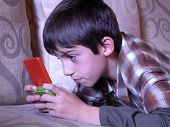 Boy playing Video-Spiel