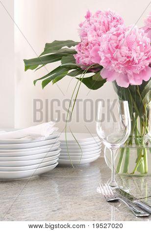 Постер, плакат: настройку место & белый блюда пионы развлекательный дома, холст на подрамнике