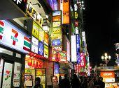 Tienda colorido señales en Tokio, Japón.