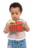 Bebé con una caja de regalo