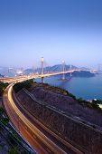 rodovia e Ting Kau ponte à noite
