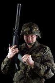 Revista de recarga de soldado de M16