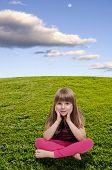 Pequena menina sentada