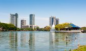 COLOMBO - 13 de abril: Panorama do Lago Beira no dia 13 de abril de 2012 em Colombo, Sri Lanka. Colom