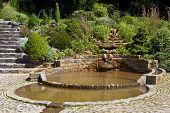 A piscina de Vesica nos jardins de poço do cálice