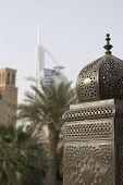 Dubai UAE hermosamente detallado linternas guarnición puente en Madinat Jumeirah Resort en Jumeira