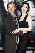 LOS ANGELES - el 7 de marzo: Gary Oldman y esposa Alexandra Edenborough llegan en el estreno de ' eliminar el rojo
