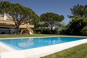 Amazing and beautiful villa with a healthy garden and a refresh water pool, located at Quinta do Lag