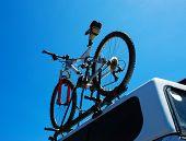 Bicicleta de montanha em cima de um carro