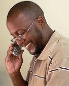 Hombre afroamericano en celular B