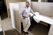 Afroamerikaner Büroangestellter stehen in Kabine mit Grundrisse