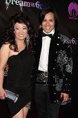 LOS ANGELES - 6 de julho: The Mad músico & sua mãe chegando no Dreamworld Benefit Concert para F