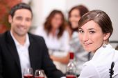 Jantar com seu parceiro em um restaurante de mulher