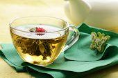 Exótico chá verde na forma de uma flor
