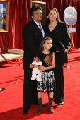 LOS ANGELES, CA - 22 de junho: Erik Estrada e família na estreia mundial de 'Ratatouille' no código