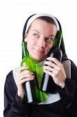 Freira com garrafa de vinho tinto