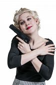 Frau knuddeln Pistole