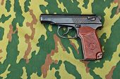 Arma do exército em fundo camuflado
