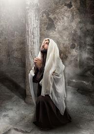 pic of verbs  - Jesus kneel in prayer toward the light - JPG