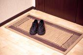die Stiefel auf der Tür-Matte