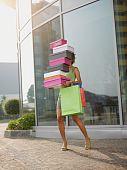 Mujer llevando cajas de zapatos