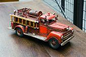 Постер, плакат: Старая игрушка пожарная машина