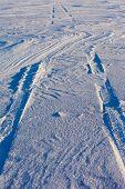 Faixas do monte de neve e pneu