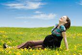 Mulher grávida na grama verde