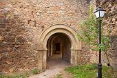 Puerta de Cañete Cuenca San Bartolomé en fort de mampostería de piedra España Castilla La Mancha