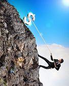 busiessman escalar montanhas com dólar em cima